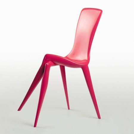 Una silla de patas cruzadas