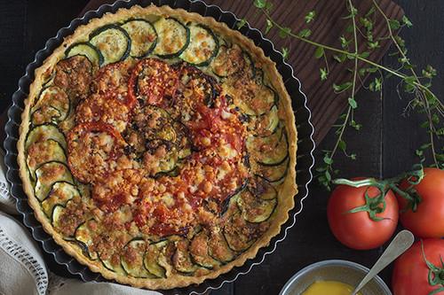 Tarta de verduras asadas con mostaza y tres quesos: receta
