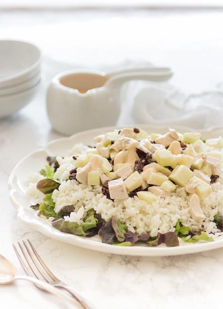 Ensalada veraniega de arroz, pollo y manzana. Receta para volver de la playa sin complicaciones