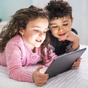 Estudio revela la exposición excesiva de alimentos poco saludables en vídeos de 'niños influencers', lo que aumentaría malos hábitos