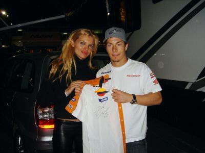 Esther Cañadas organiza una subasta con objetos de MotoGP