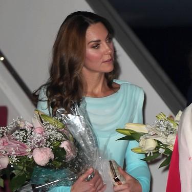 Kate Middleton enamora a su llegada a Pakistán con un vestido verde agua