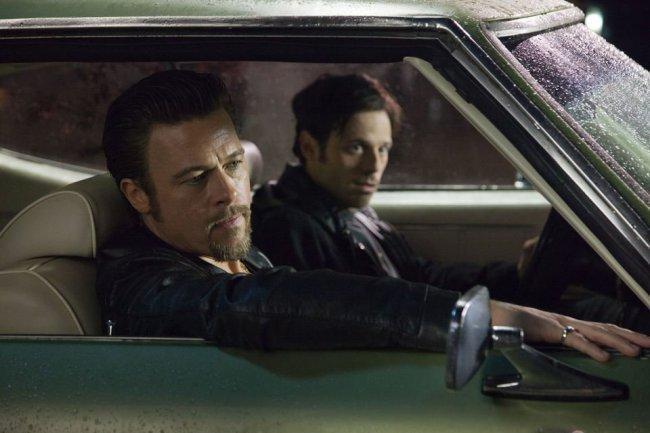Imagen de Brad Pitt y Scoot McNairy en 'Mátalos suavemente'