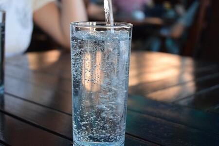 Incluso en agua embotellada tiene bacterias (a veces más que el agua del grifo)