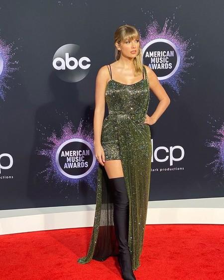 Taylor Swift con un diseño de Julien McDonald en los Premios AMAs 2019