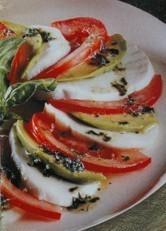 Mozzarella, aguacate y tomate, una ensalada