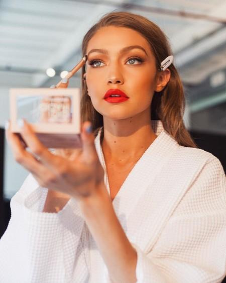 Gigi Hadid muestra una campaña en tonos nude para su colección de maquillaje junto a Maybelline