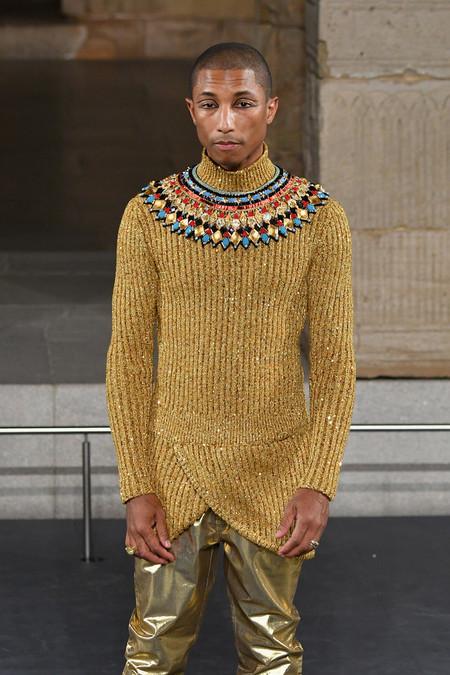 Pharrell se convierte en faraón de la moda en el desfile Metiers D'Art de Chanel en Nueva York