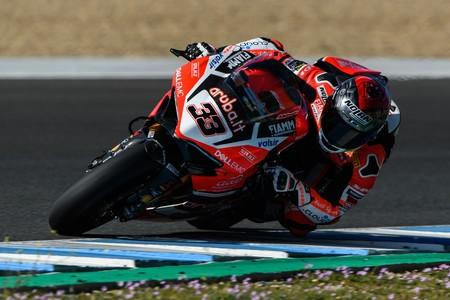 Marco Melandri y Ducati vencen a las Kawasaki en la primera carrera de la temporada en Phillip Island