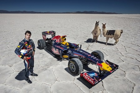 Daniel Ricciardo rueda con el RB7 sobre la sal argentina