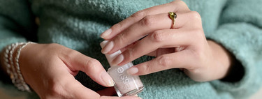 These two enamels in natural colours from Essie I buy again and again because leave nails noble and elegant