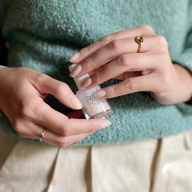 Estos dos esmaltes en tonos naturales de Essie los compro una y otra vez porque dejan las uñas preciosas y elegantes