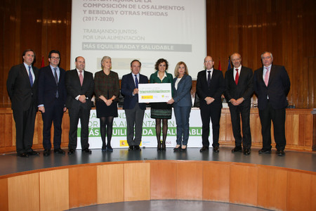 Sanidad presenta el plan de colaboración con la industria alimentaria para mejorar la composición de los alimentos, ¿será suficiente?