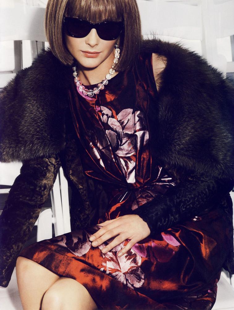 Foto de Snejana Onopka como Anna Wintour en la revista Vogue francesa (4/8)