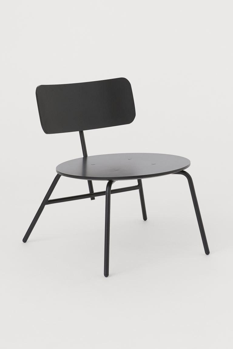 Sillón lounge de diseño depurado con patas finas y estructura en metal pintado