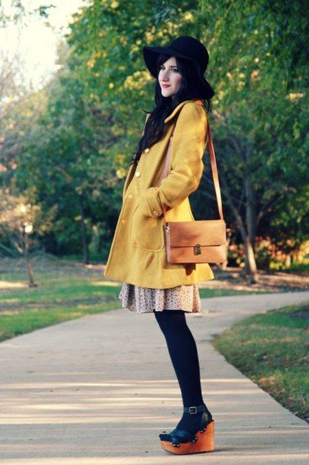 Mostaza abrigo Moda en la calle