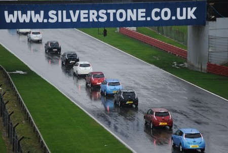 225 Nissan Leaf rodando juntos por la pista de Silverstone