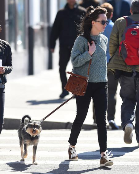 Dakota Johnson opta por la comodidad en su día a día. Consigue su look