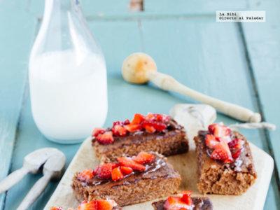 Brownies de chocolate con cubierta de fresas. Receta para el Día del niño