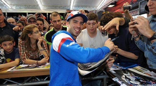 Marco Melandri firmando autógrafos