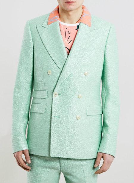 ¿Te atreves a llevar traje con el cuello de la camisa por fuera de la chaqueta?