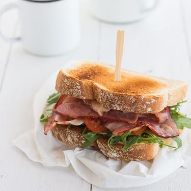 Sandwich de rúcula y bacon, receta rápida para una cena sin complicaciones