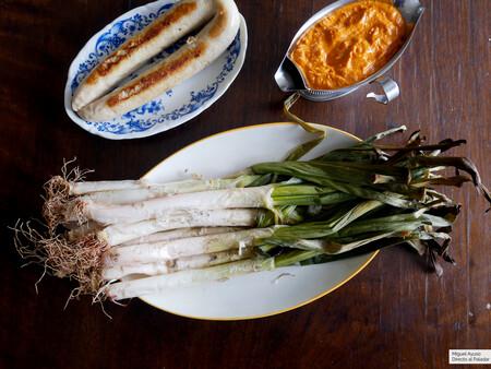 Calçots al horno: receta para disfrutar en casa de la gran fiesta gastronómica catalana
