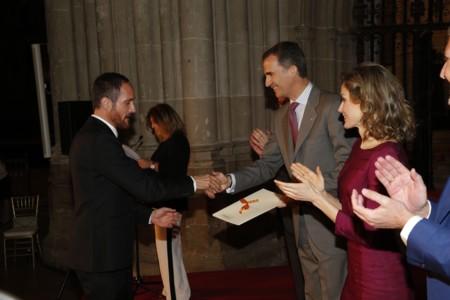 Doña Letizia luce su Felipe Varela preferido para entregarle un premio a Josep Font ¡qué cosas!
