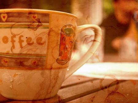 Cómo quitar las manchas de café fácilmente y por poco dinero