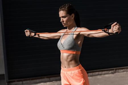 Una rutina para entrenar tus bíceps y tríceps en casa con mancuernas y gomas elásticas