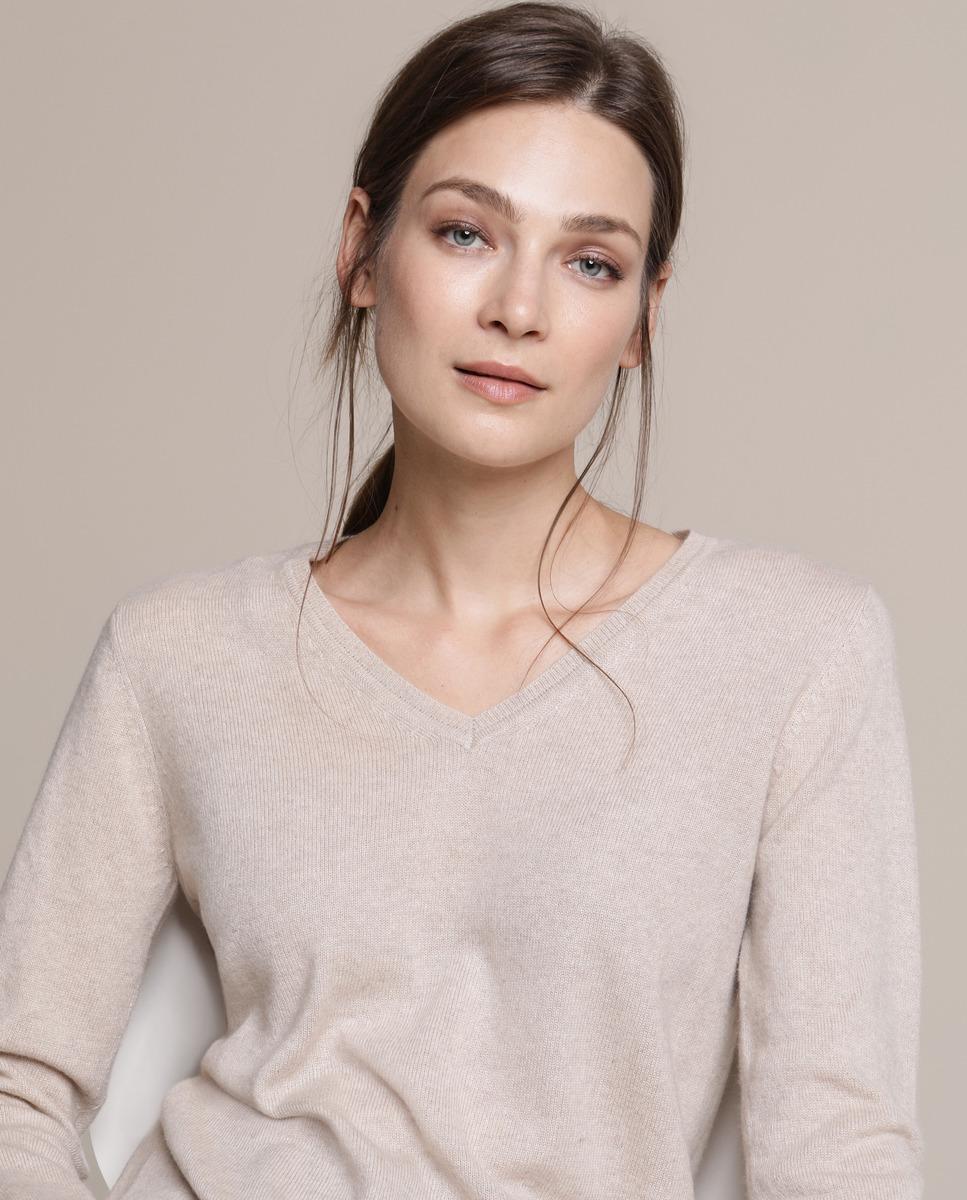 Jersey con escote en pico, manga larga y detalle de punto canalé en cuello, puños y bajo. Está realizado 100% en cashmere.