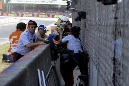 Carmelo Morales es sacado por un par de mossos
