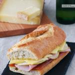 Bocadillo de jamón cocido con dulce de membrillo, pera y queso Gruyère. Receta