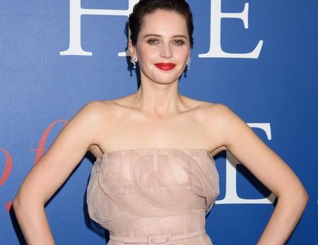 Felicity Jones nos muestra como llevar el rosa pastel y triunfar, sin importar tu tono de piel