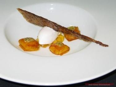 Raviolli de piña-mango con jugo de litchi y sorbete de coco
