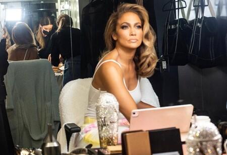 Melena de unicornio violeta o un dibujo floral en el pelo: los dos cambios de looks más fantasiosos de Jennifer Lopez en Navidad