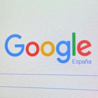Google busca mantener su trono en la era móvil renovando su app y aliándose con Facebook