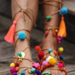 Clonados y pillados: las sandalias gladiadoras con pompones multicolores ¡por mucho menos!