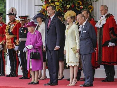 La reina Letizia nos sigue inspirando: moño bajo y tocado, la perfecta combinación para una boda