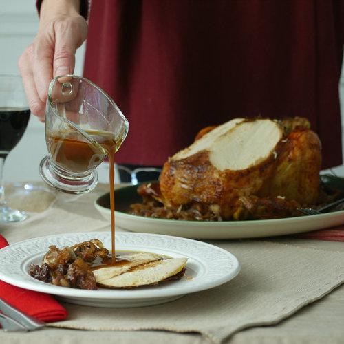 Cómo hacer pularda rellena de manzana y frutos secos, la receta estrella de la Navidad (con vídeo incluido)
