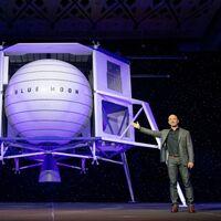 """Jeff Bezos demanda a la NASA por haber elegido a SpaceX de Elon Musk sobre Blue Origin: fue una """"evaluación ilegal e inapropiada"""""""