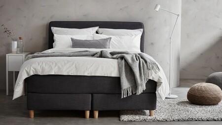 Un Dormitorio Gris Claro Con Un 1