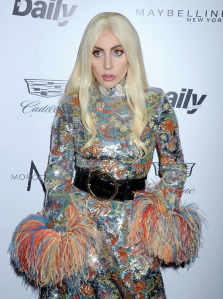 Lady Gaga confía en Saint Laurent (y se pasa con el brillo) en los Daily Front Row Awards