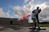 La escultura del beso reaviva un viejo malestar en Normandía