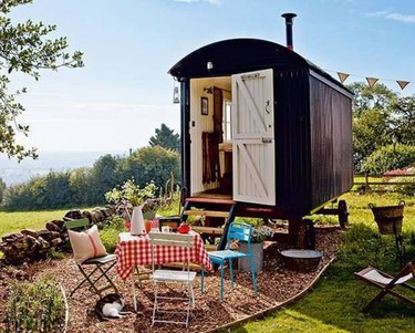 Añade un toque bohemio chic a tu jardín con un vagón estilo 'gipsy'