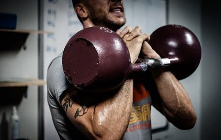 Comenzar a entrenar con kettlebells: todo lo que tienes que saber y cinco ejercicios para principiantes