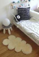 Convierte la alfombra de piel de oveja de Ikea en una alfombra nube para la habitación de tu peque