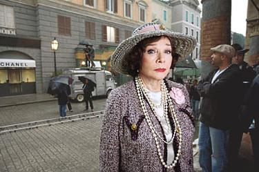Shirley Maclaine como Coco Chanel, la primera imagen