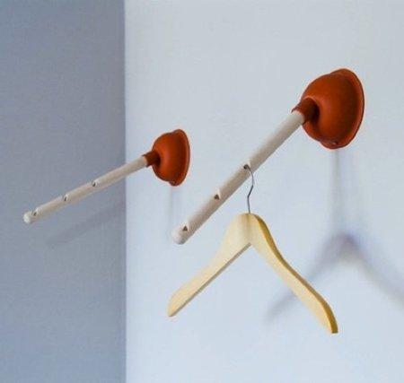Una buena idea: un desatascador para colgar perchas