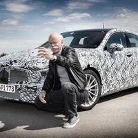 Dieter Zetsche, CEO de Mercedes, se toma una selfie junto al nuevo Clase A
